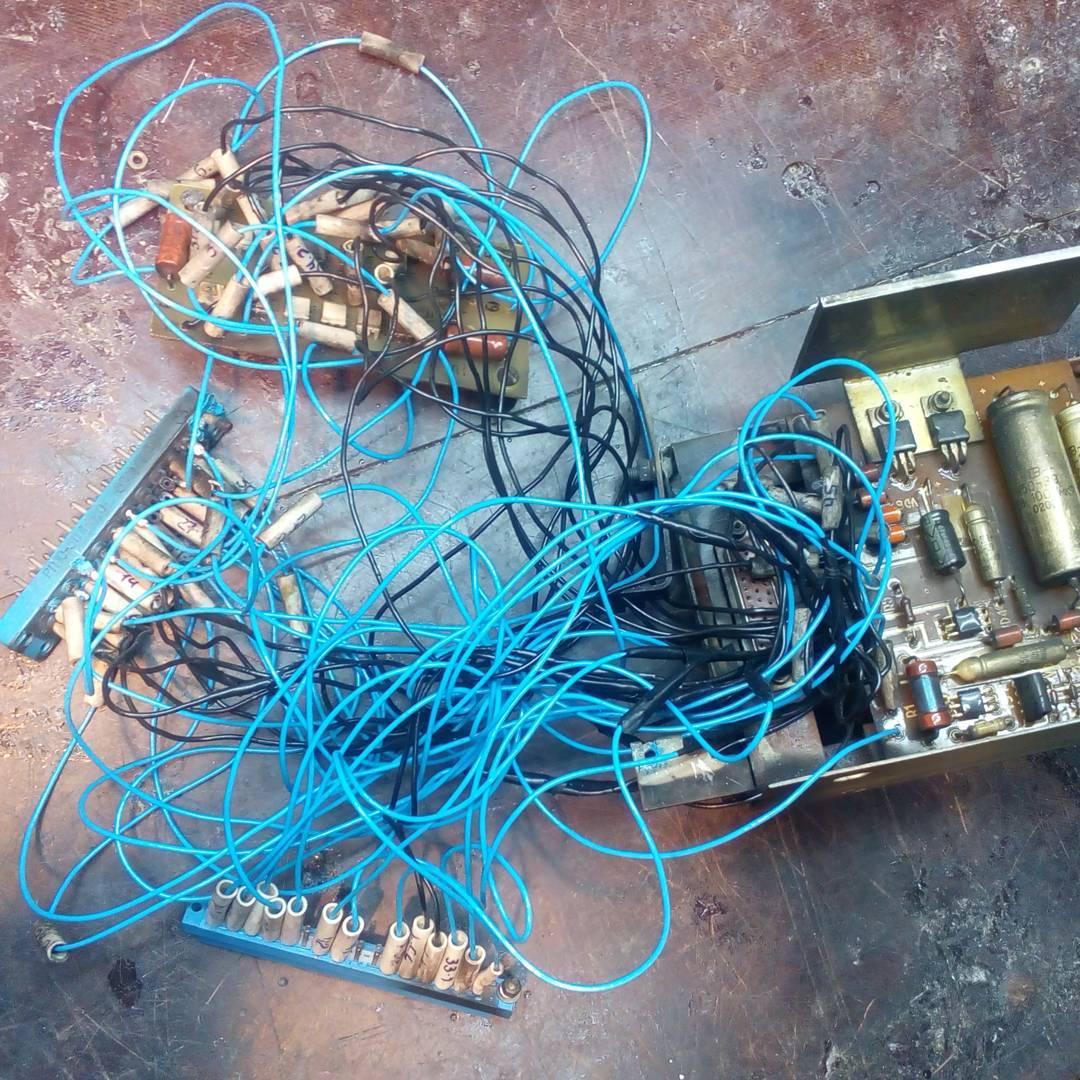 Синие- провода которые я поменял, изначально они были черные, некоторые только уцелели и виднеются в синем клубке