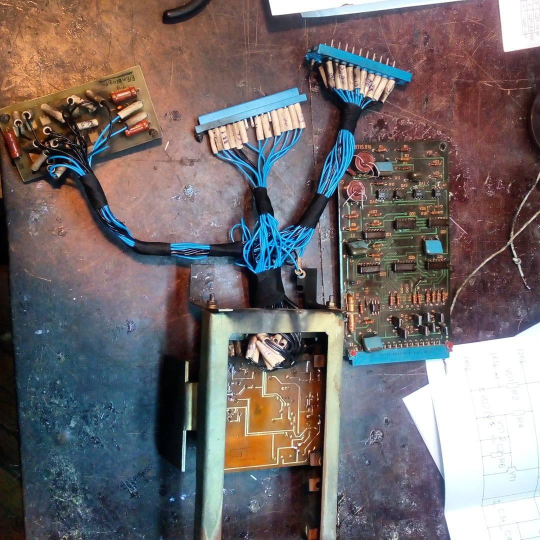 Уложил провода, на каркасе видны обгоревшие следы, это горела изоляция родных проводов, В итоге устройство я восстановил, оно нормально работает, скоро будет видео о нем